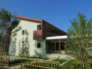 サンマルク越谷蒲生店駐車場からの景色です。1階は趣味室+住居 2階はロフト付きの住居です。